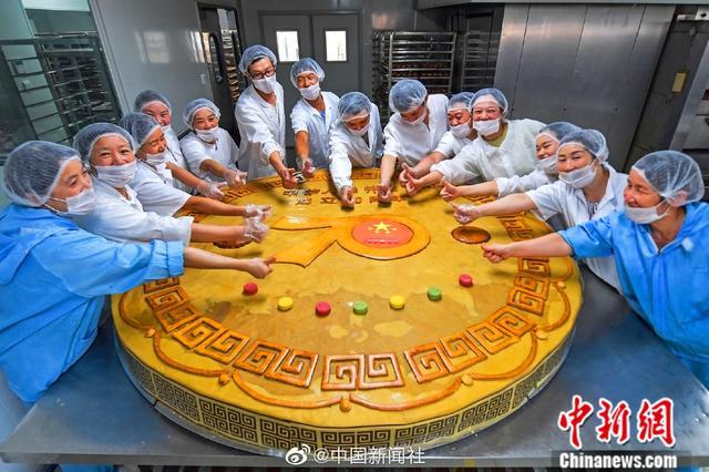 直径2米重1668斤 湖北一食品公司创作超级月饼祝福祖国