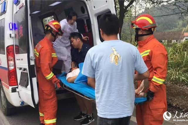 面包车车速过快撞树上女子被困 湖北咸宁消防破拆救出