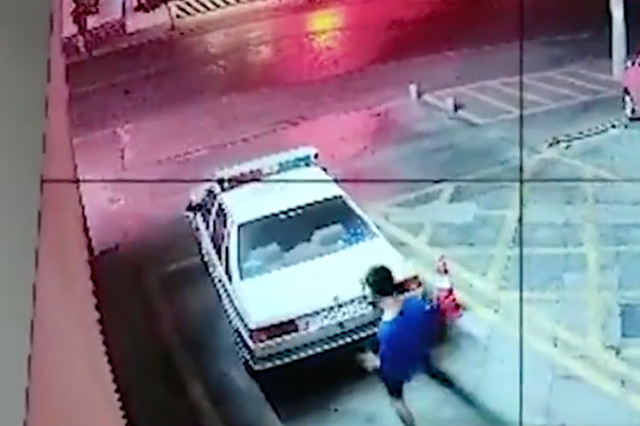 男子踩警车自拍并发朋友圈炫耀 结果被人举报受处罚