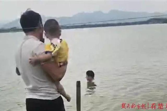 硬核奶爸抱娃跳水救轻生者 孩子非但没哭还神助攻