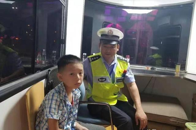 武汉长江灯光秀2人走失人海 交警及时救助帮忙找家人