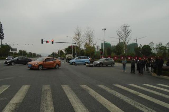 湖北一男子醉酒骑车闯红灯撞车身亡 交警认定自负全责