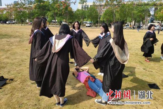 硬核母爱!母亲连夜从粤赴汉为女儿拍毕业照