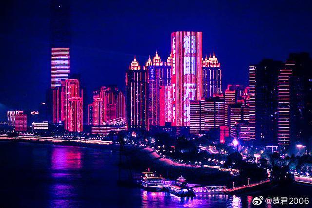 达人实拍武汉长江灯光秀 璀璨夜景表白祖国