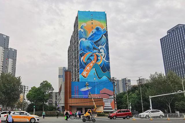 武汉最大单体墙绘创作完成 还融入了军运会元素