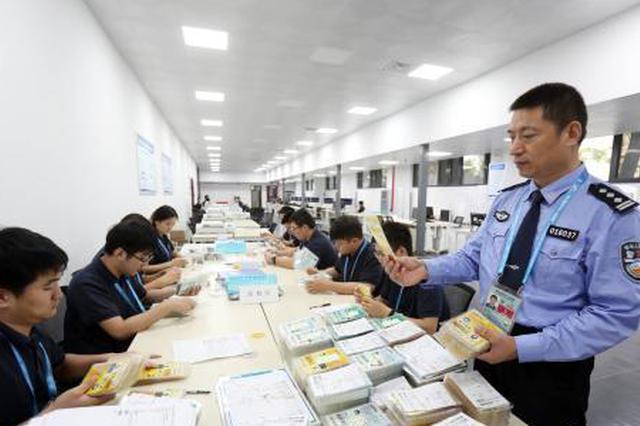 探访武汉军运会制证中心:高峰每天制证上万张