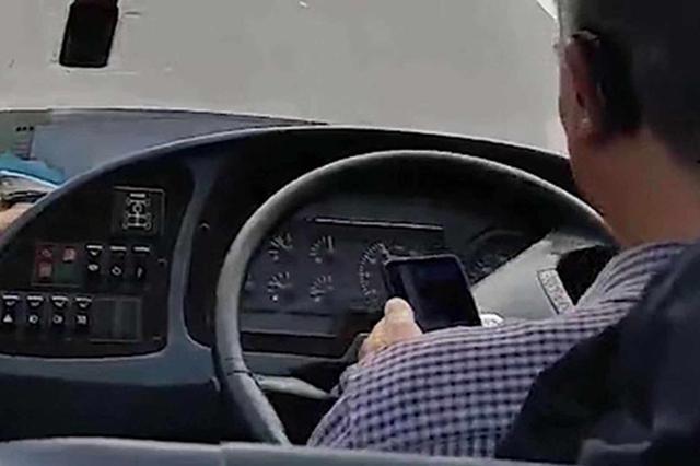 """恩施客车司机驾车途中""""玩手机"""" 遭记分罚款后被解聘"""