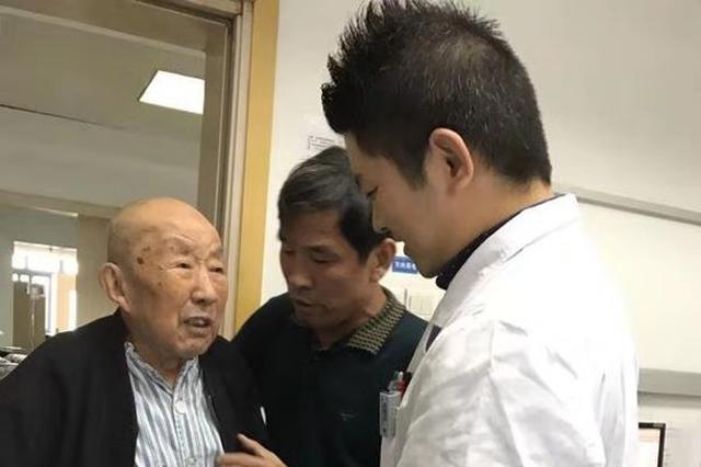 """高龄""""脆""""爹爹走路难 医生妙手助康复"""