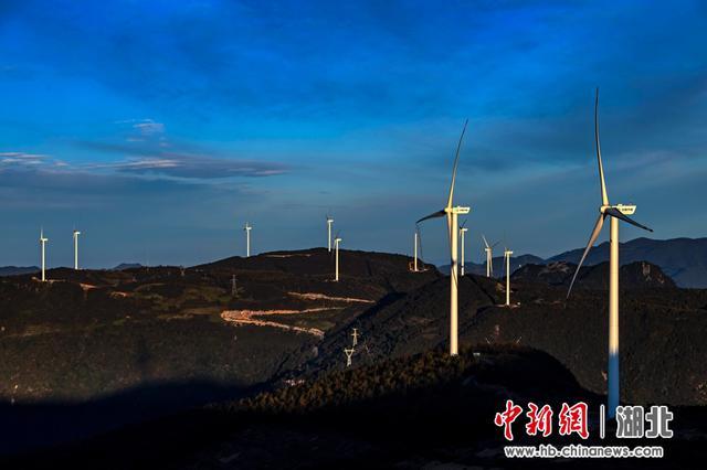 五峰北风垭风力发电项目成风景