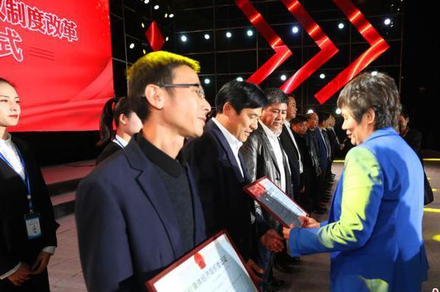 """湖北宜都颁发农村集体股权证 28万余村民变""""股民"""""""