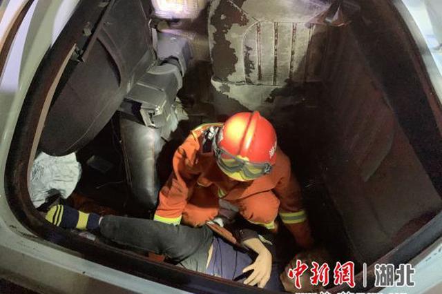 远安一轿车侧翻掉入悬崖 消防救出一人
