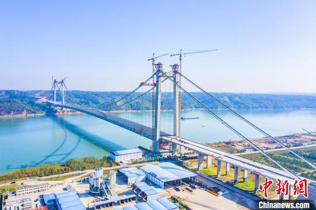 湖北宜昌白洋长江公路大桥主跨钢桁梁合龙