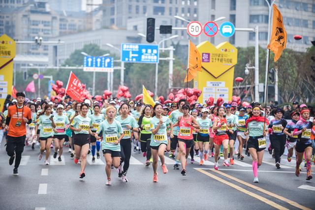 2019武汉女子半马开跑 6千名选手用脚步丈量美丽汉阳