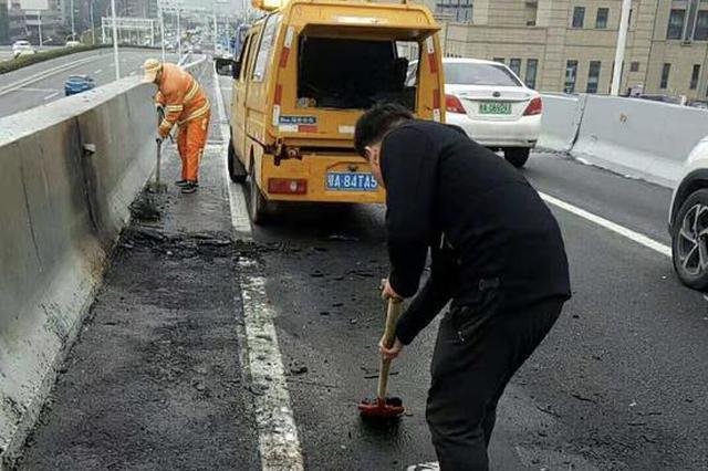 汉阳高架路上一小车自燃 城管及时清理路面保通畅