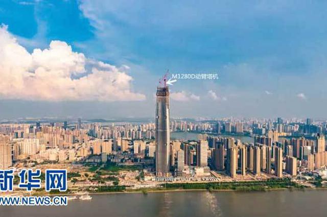 武汉绿地中心主塔楼M1280D动臂塔机开始拆卸