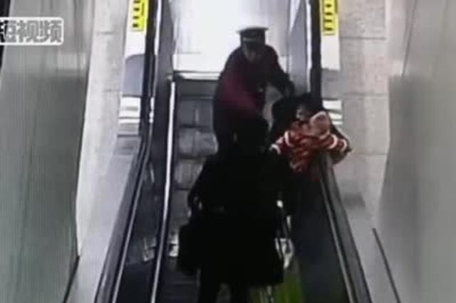女子和婴儿即将摔下电梯 武汉地铁小伙子飞奔救人