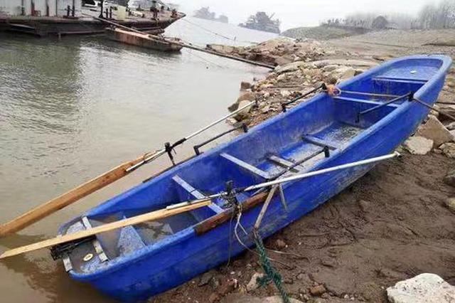 """湖北一小型""""三无""""塑料船在长江翻沉 5人下落不明"""