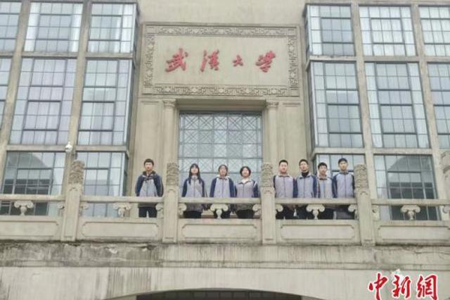 湖北十堰一初中老师自费请5名进步学生游武大