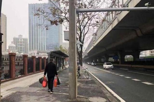 公共交通停运下的武汉:市民选择单车或步行购物