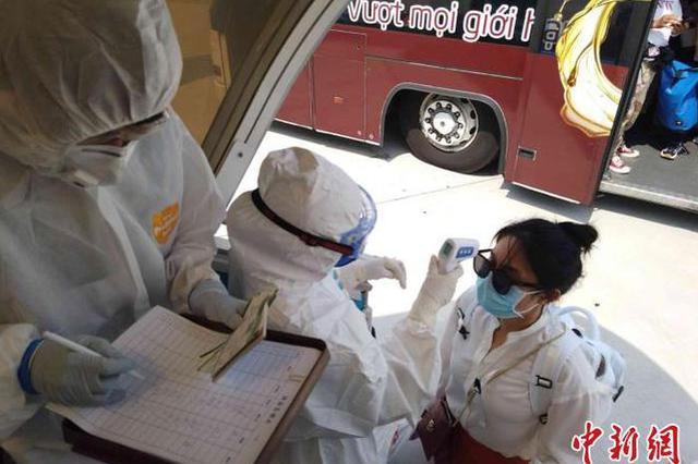 滞留越南胡志明市的131位湖北籍旅客乘包机直飞武汉