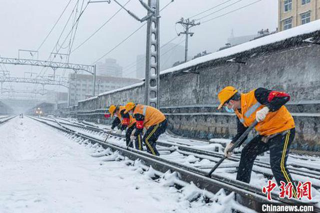 湖北境内遭遇雨雪天气 武铁除冰扫雪确保物资运输畅通