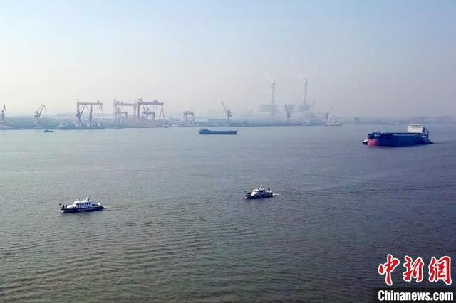 长江海事为64000吨巨轮出厂进江保驾护航