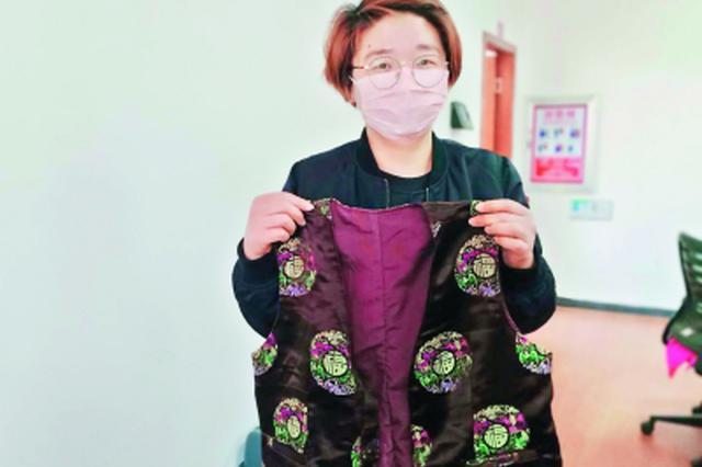 """网格员照顾独居老人 69岁婆婆给她缝""""温暖""""背心"""