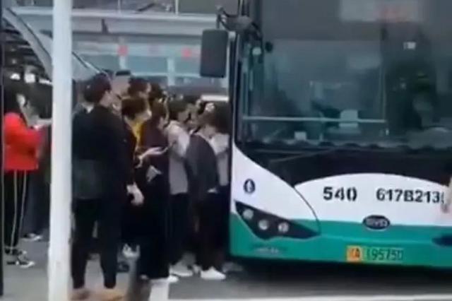 网曝武汉扎堆挤公交现象 公交集团七大举措加强管理引导