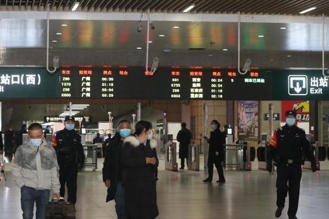湖北武汉开放铁路出站通道首批乘客抵达武昌火车站