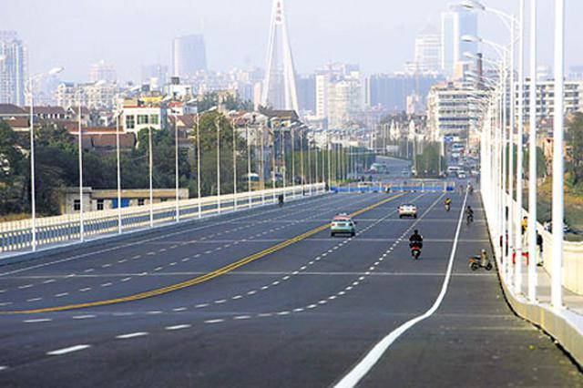 武汉道路交通流量恢复至平常1/3 交警整治交通违法行为
