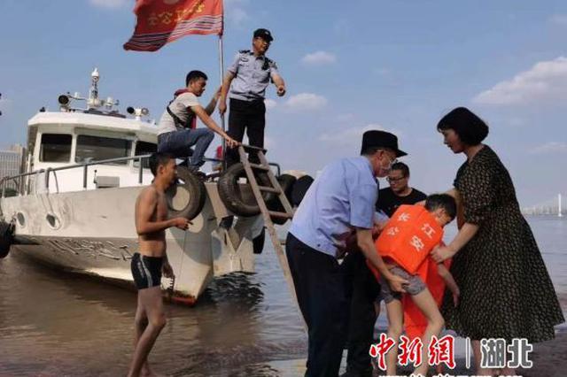 宜昌一男童江边玩耍被卷走 警民携手救援