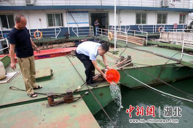 长航公安宜昌分局缴获非法电捕渔获物30余斤