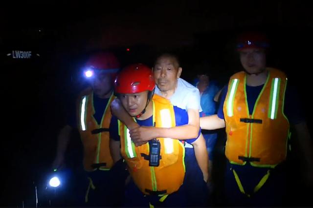 湖北恩施:暴雨引发城市内涝 23名群众被困