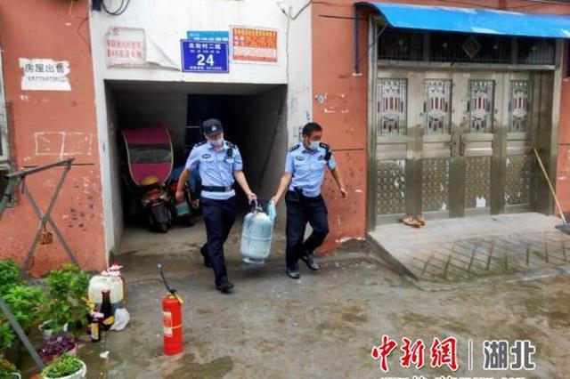 枣阳一居民楼内煤气罐起火 民警及时展开扑救