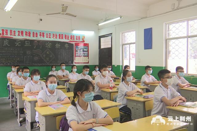 湖北荆州3万名初二学生复学 有学校送餐至教室