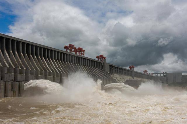 2020年长江第1号洪水安然通过三峡大坝