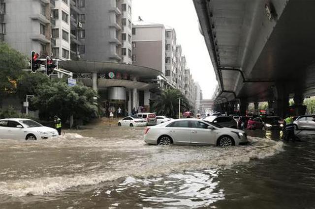 武汉强降雨致市内多处路段出现渍水