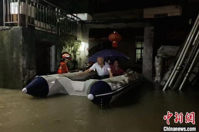 湖北咸宁普降暴雨导致内涝 消防紧急救援转移被困民众