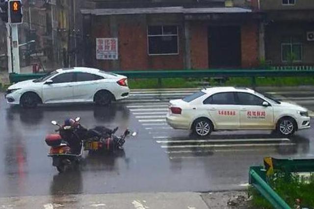 黄石一教练车闯红灯撞倒摩托车 教练教女学员逃逸