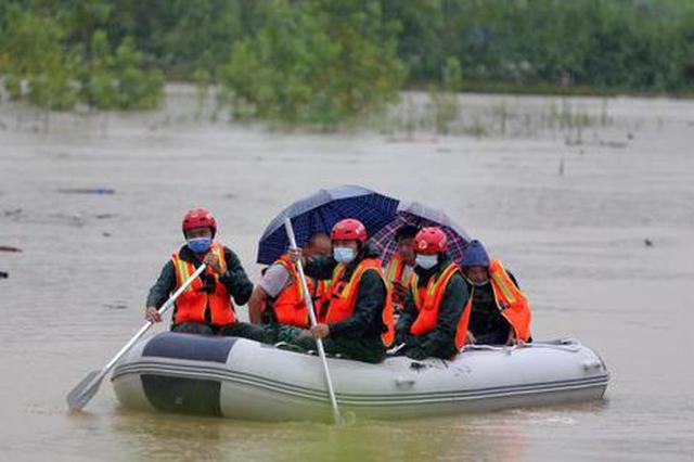 强降雨引发湖北黄冈多地险情 消防开展抢险救援