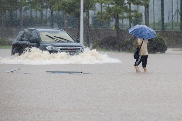 武汉强降雨致部分路段出现渍水 启用水泵排水