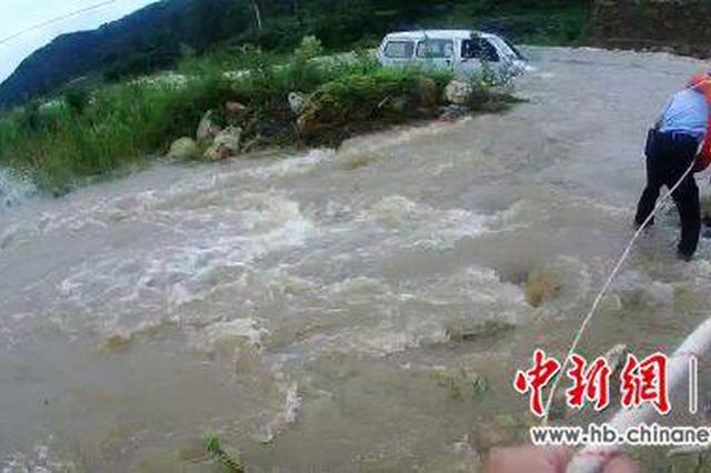 十堰男子驾车过河遇洪水受困 民警携救生装备营救