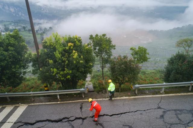 水位急速上升 有溃坝危险!鏖战清江堰塞湖