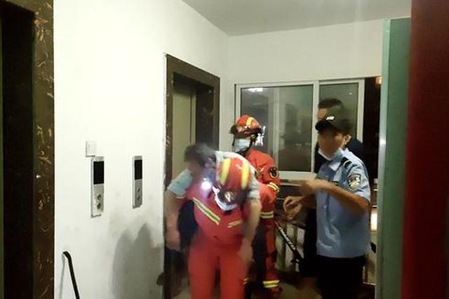 老人被困电梯中暑昏迷 消防员一口气将其从15楼背下
