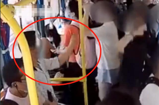 黄石男子公交上伸咸猪手还拿手机拍摄 女学生霸气回击