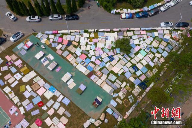 湖北襄阳:大学生返校忙晒被子