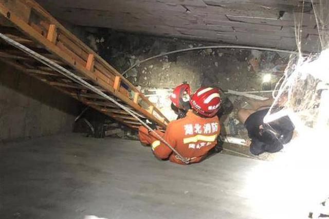 随州一女子酒后误把深坑当电梯 不慎跌入5米深坑