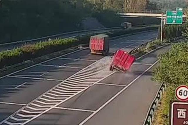 大理石运载过程中因绳索断裂倾倒 车辆失衡高速侧翻