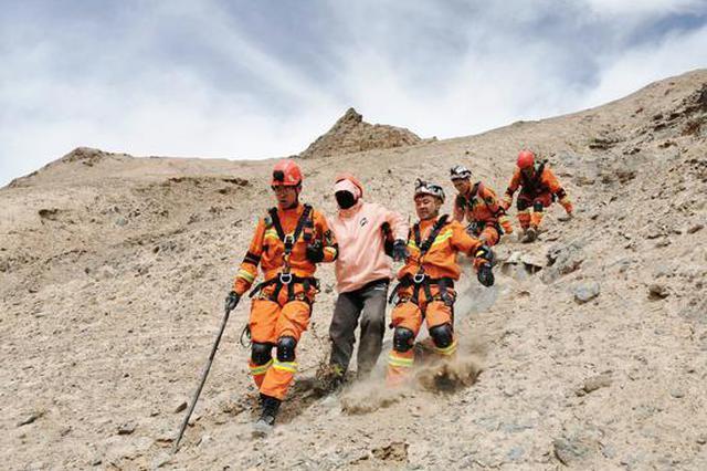 武汉一男子独登昆仑山被困半山腰 格尔木消防成功救援
