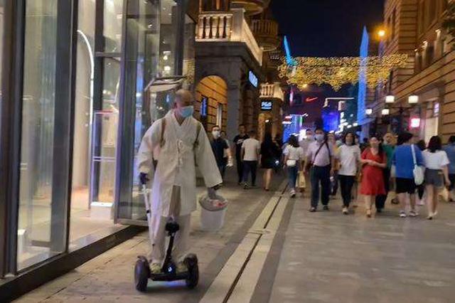 男子扮虚竹踩平衡车在汉街志愿捡垃圾:不是作秀
